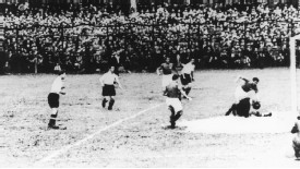 Giuseppe Meazza sets up Enrique Guaita to score the only goal of Italy's 1934 World Cup semi-final against Austria