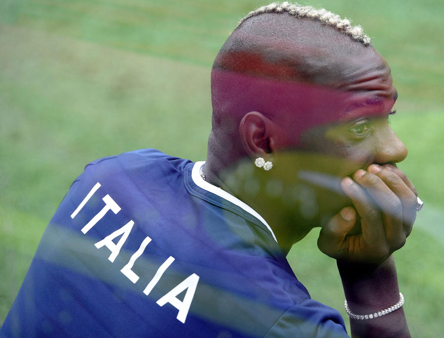 Mario Balotelli watches Italy train
