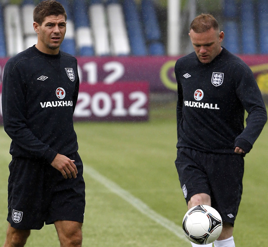 Steven Gerrard and Wayne Rooney juggle at training