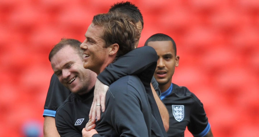 Wayne Rooney jokes with Scott Parker in training