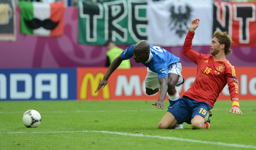 Sergio Ramos gets back to tackle Mario Balotelli 100612