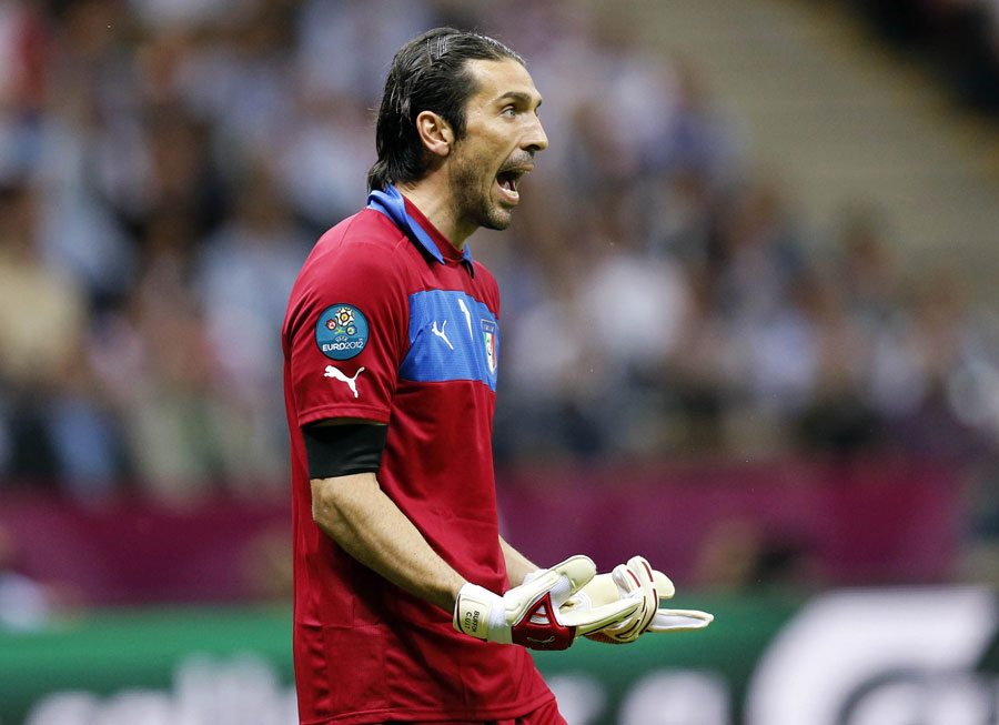 Gianluigi Buffon instructs his team-mates