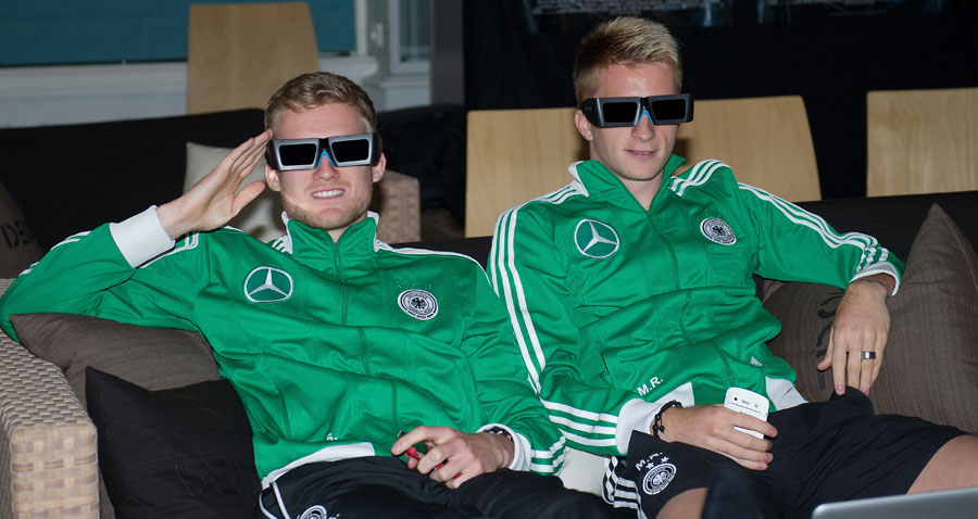 Andre Schurrle und Marco Reus watch a 3D film